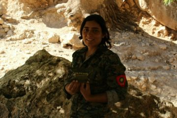 YJŞ-fighter Hêza, from the women fighting units in Shengal, received Celox through this campaign.
